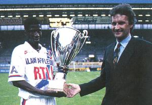 le capitaine Oumar Sène avec la Nike Cup