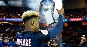 déjà 11 trophées avec le PSG (2 championnats, 3 Coupes de France, 3 Coupes de la Ligue et 3 Trophée des champions) au palmarès de Kimpembe