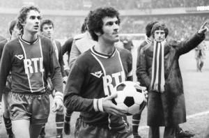 Jean-Michel Larqué demande à Mustapha Dahleb d'aller remettre le ballon du match contre Marseille à Daniel Hechter