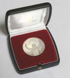la médaille offerte aux joueurs du PSG pour le jubilé Hugo Sanchez