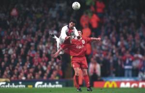 Jimmy Algerino au duel avec Robbie Fowler à Liverpool