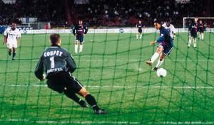 le premier but de Ronaldinho au PSG : un penalty... contre Lyon