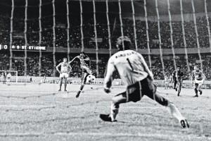 M'Pelé, le premier tout en force