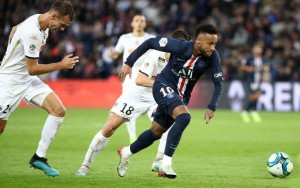 Neymar face à Angers la saison dernière au Parc des Princes