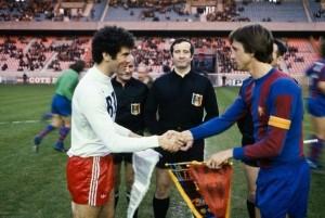 Mustapha Dahleb et Johan Cruyff lors du premier match entre les deux équipes en 1977